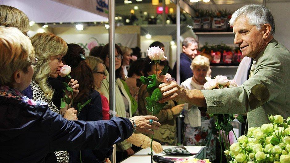 Présentation de la rose PRINCESSE CHARLENE DE MONACO® Meidysouk en Russie lors de Fleurs Expo 2015